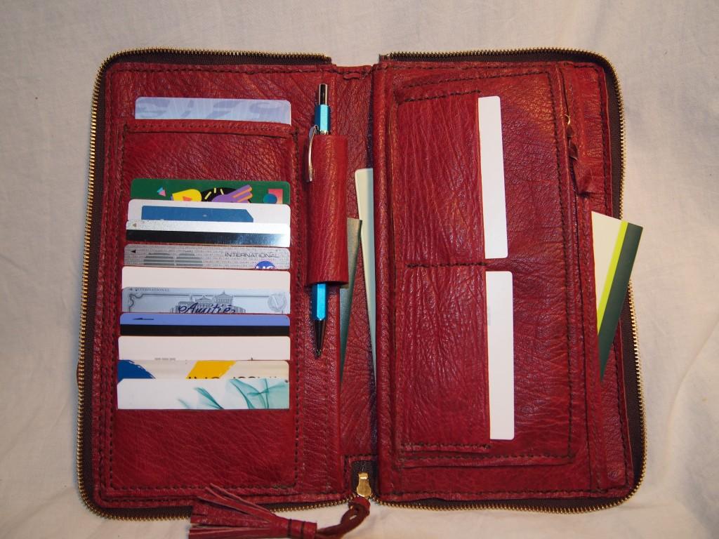 内サイドポケット3箇所、カード13枚収納、ファスナー式小銭入れ付き