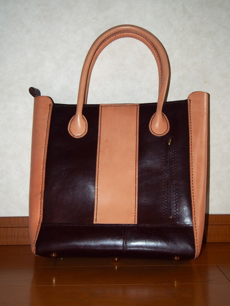 焦げ茶と生成りのトートバッグ、牛革使用